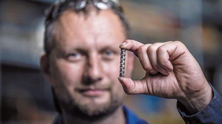 Klein, aber oho: Servicetechniker Christian Colberg mit einem Metalock-Riegel. Foto: Augustin