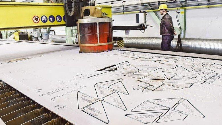 Schnittmuster: Am Brenntisch werden Teile aus einem Blech geschnitten. Foto: Christian Augustin