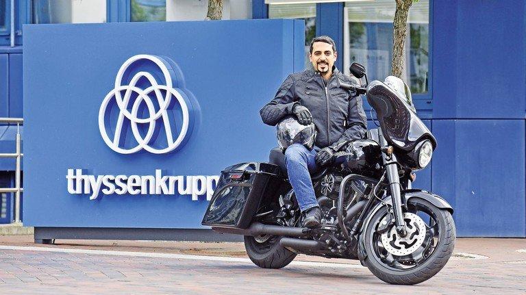 Mit der Harley zur Arbeit: Ausbildungsleiter Cem Selvi auf seiner Street Glide vor der Zentrale von TKMS in Kiel.