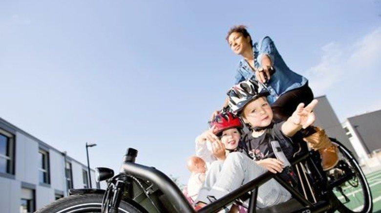 Unterwegs: Im Lastenrad sitzen die Kinder vorne,im Blickfeld der Eltern. Foto: Werk
