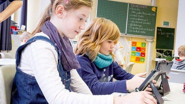 """Marie (links) und Nina: """"Machen mit unseren Tablets kluge Sachen!"""" Foto: Roth"""