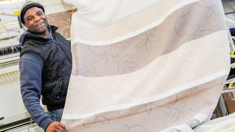 Flauschiger Griff: Murphy Aileru schneidet die Decken passend zum jeweiligen Muster. Foto: Wirtz