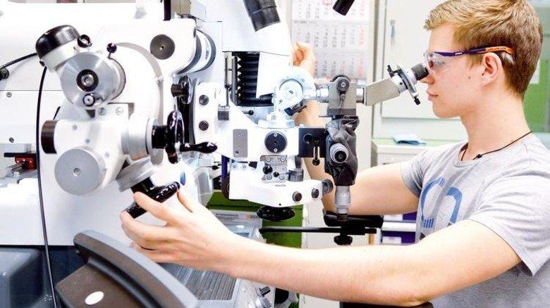 Ganz bei der Sache: Marvin Zecic an einer herkömmlichen Schleifmaschine. Foto: Scheffler