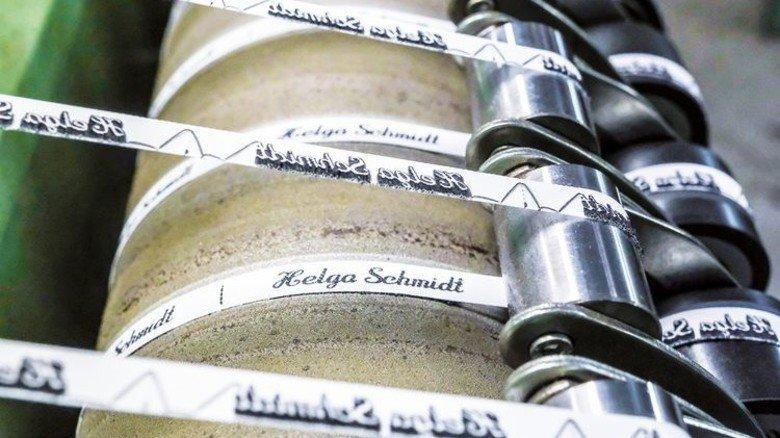 Am laufenden Band: Die Etiketten entstehen auf acht Webmaschinen. Foto: Roth