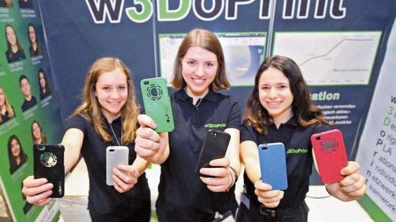 Freude: Für die Handyschalen aus einem 3-D-Drucker gab es ebenfalls den ersten Platz. Foto: Mierendorf