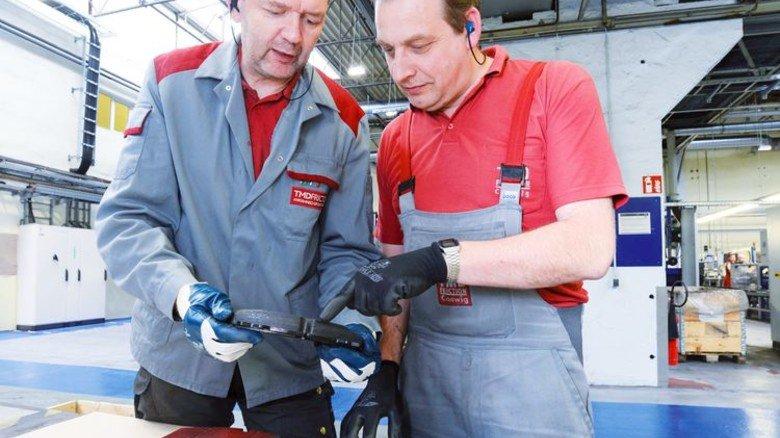 Im Gespräch: Gerd Zimmermann (links) mit Produktionskoordinator Steffen Zinner. Foto: Sturm