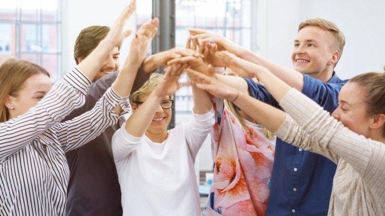 Gute Laune im Job: Die findet man besonders dort, wo Kollegen füreinander einstehen. Foto: Adobe Stock