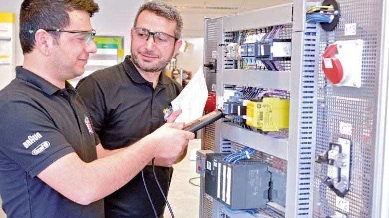 Zwei junge Syrer machen seit Herbst eine Ausbildung zum Industrieelektriker bei Procter & Gamble. Foto: Scheffler