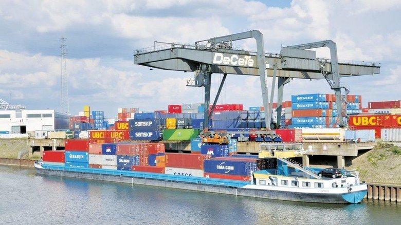 Verladung im Binnenhafen Duisburg: Die Schüler erfahren künftig, wie wichtig der Export für Deutschlands Industrie ist. Foto: dpa