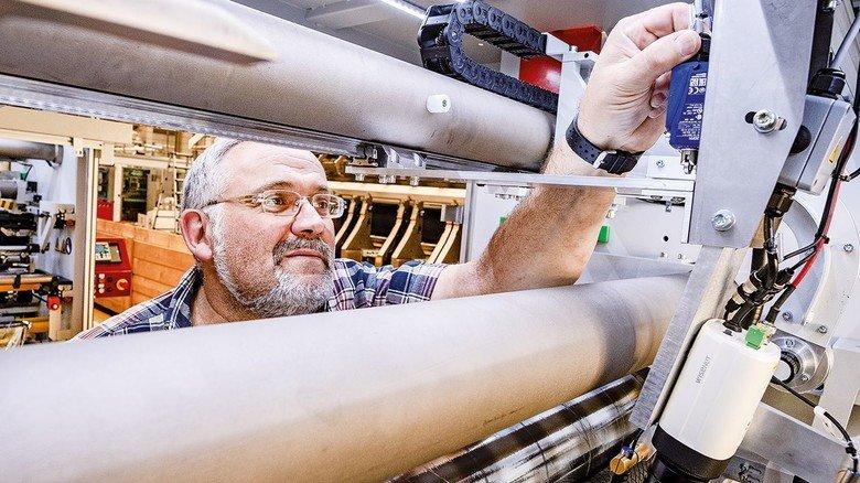 Gefragte Technik: Karl-Heinz Lütticke an einer Maschine für besonders schmale Schnitte.