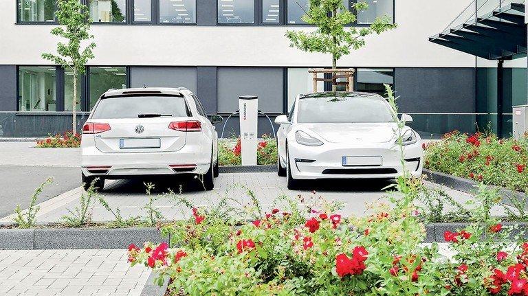 Einmal im Monat kommt die Rechnung aufs Handy: Das Elektrotechnik-Unternehmen Mennekes macht das Laden an der E-Säule für den Autofahrer transparent.