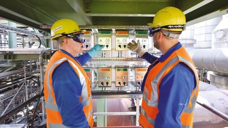 Kontrolle: Zwei Mitarbeiter überprüfen die Anlage, die sich im südlichen Teil des Werkgeländes von Aurubis befindet. Foto: Christian Augustin