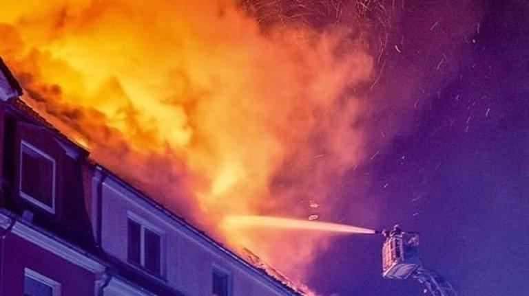 Nächtlicher Brand: Da denkt niemand an irgendwelche Akten. Foto: dpa