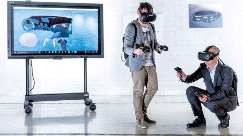 Blick ins Cockpit: Henning Löser (rechts), Leiter des Audi Production Lab, und Datenbrillen-Spezialist Jens Angerer mit der Ausrüstung. Foto: Werk