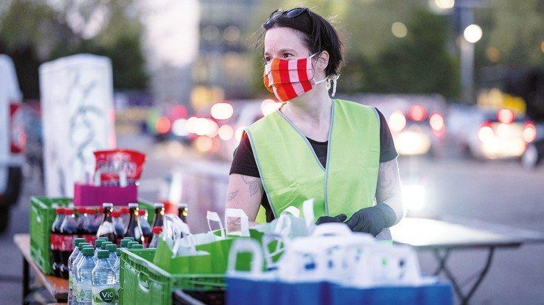 Was zum Knabbern: Mitarbeiter in Karlsruhe verteilen vorbestellte Snacks.