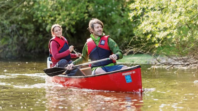 Sanft dahergleiten: Vom Kanu aus kann man seltene Pflanzen und Tierarten beobachten.