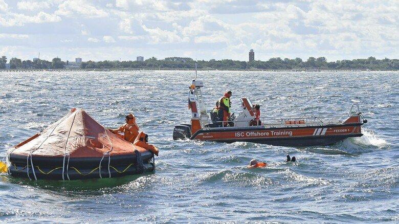 Rettungsinsel: Die runde Konstruktion lässt sich im Notfall innerhalb von Sekunden aufblasen.