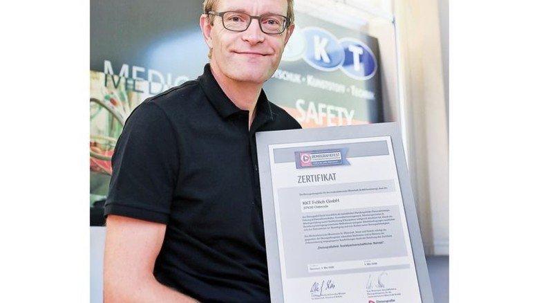 Als demografiefest zertifizert: KKT-Geschäftsführer Sven Vogt zeigt die Urkunde. Foto: Gossmann