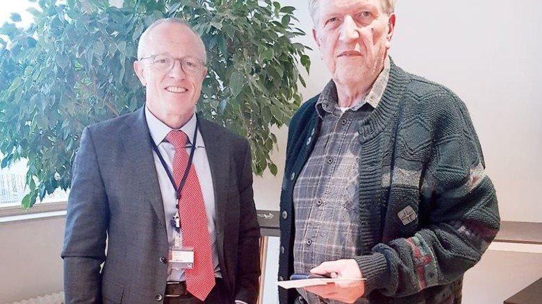 Ehrung: HBM-Geschäftsführer Andreas Hüllhorst (links) überreicht die HBM-Jubiläumsmünze. Foto: Werk