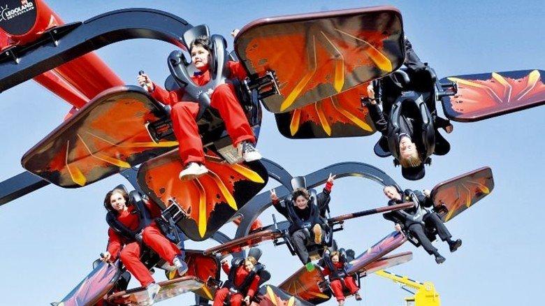 Ninja-Gefühl spüren: Im turbulenten Flying Ninjago geht es im Legoland für mutige Kinder ab sieben Jahren hoch hinaus. Foto: Legoland