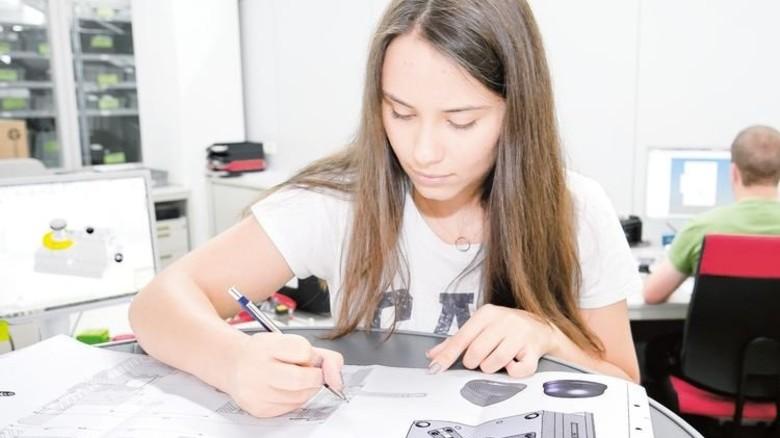 Sauber und genau: Auch Zeichnen mit dem Stift ist Teil der Ausbildung. Foto: Mierendorf