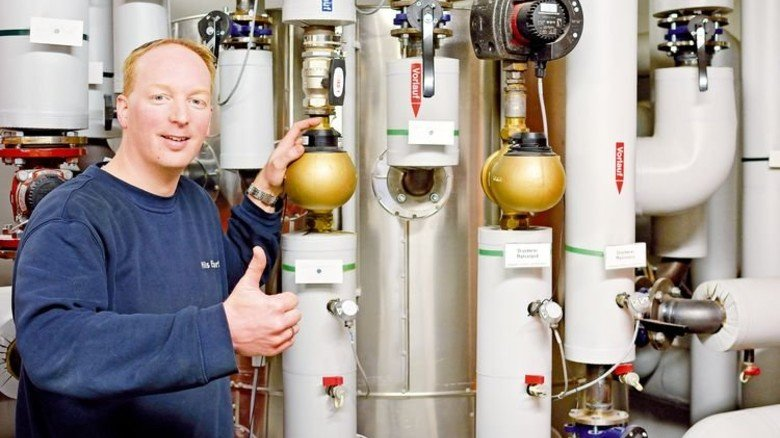 Ausgeklügelt: Nils Ellwart an der Anlage, die die Verteilung selbst erzeugter Wärme steuert. Foto: Scheffler