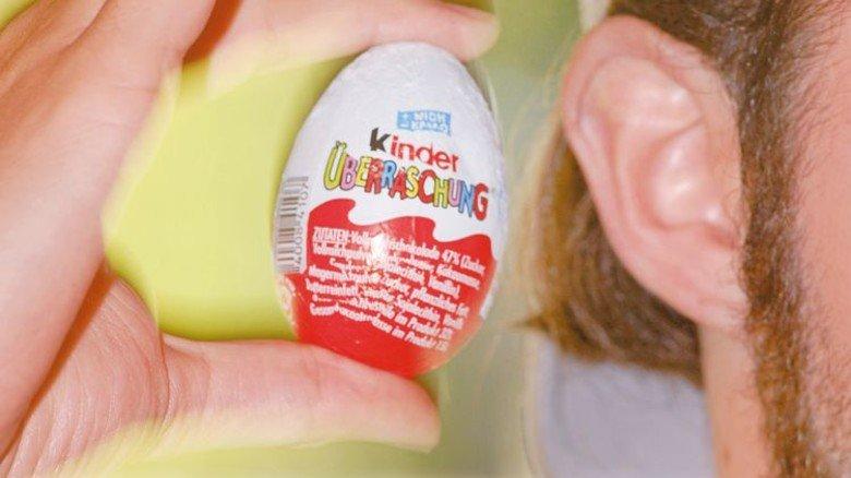 Genau hinhören: Profis erkennen Ei-Inhalte am Geräusch. Foto: Ullstein