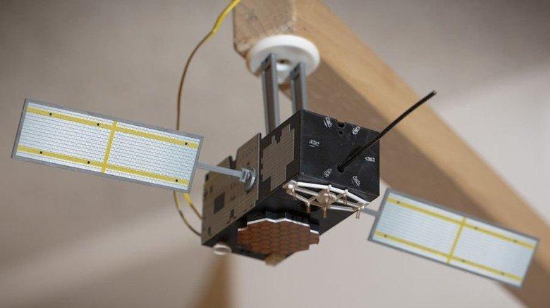 Steuerung: Solche kleinen Satelliten, die man über der Anlage anbringt, senden ihre Signale an die Mini-Autos. Foto: Eppler
