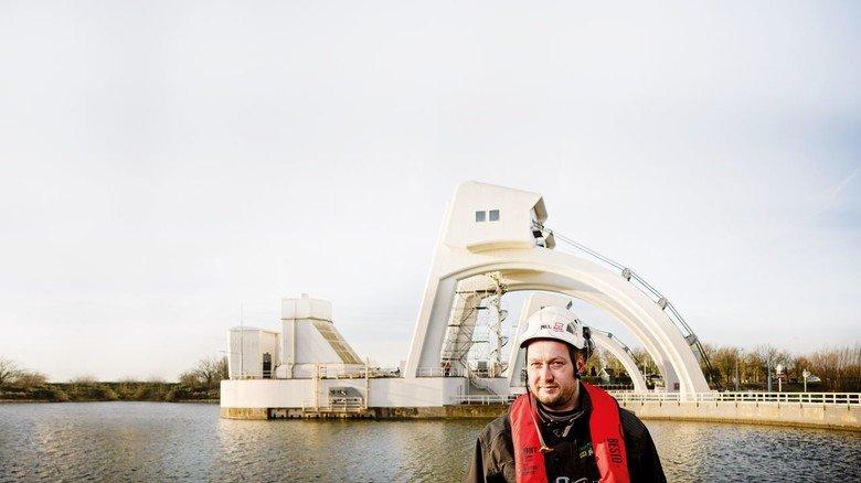 Weit gereist: Mal in London, mal – wie hier – in den Niederlanden: Christian Schuster repariert und prüft Speziallager von Schaeffler rund um den Globus. Im niederländischen Hagestein hat er jüngst an einer Stauwehranlage gearbeitet.