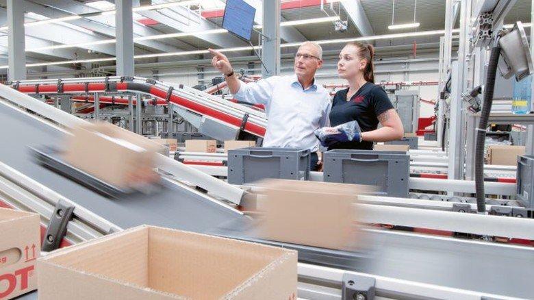 Mächtig Bewegung: Der Logistikchef hat rund 130 Mitarbeiter, eine davon ist Maike Ringhut. Foto: Moll
