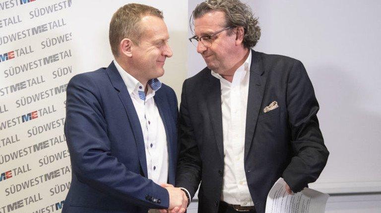 Handschlag: Stefan Wolf (rechts), Vorsitzender des Arbeitgeberverbands Südwestmetall, und IG-Metall-Bezirksleiter Roman Zitzelsberger schafften den Tarifabschluss in der Metall- und Elektro-Industrie. Foto: dpa