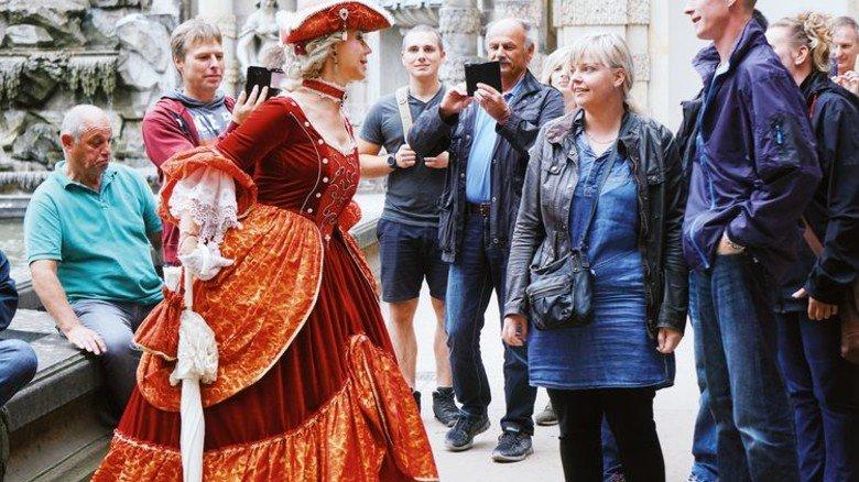 Standesgemäß: Die Gäste wurden von einer Darstellerin in historischem Kostüm begrüßt. Foto: Werk