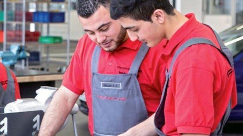 Üben handwerkliche Fertigkeiten: Die Teilnehmer des Integrationsprogramms bei Porsche. Foto: Werk