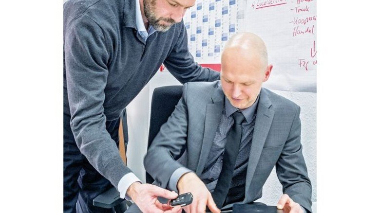 Weltneuheit: Paul Meier und Vertriebsleiter Mario Schwarz mit der digitalen Schlüsselbox. Foto: Roth