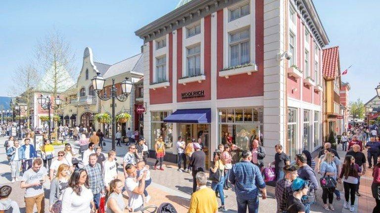 Gut was los: Ein typischer Tag im Designer-Outlet im niederländischen Roermond. Foto: dpa