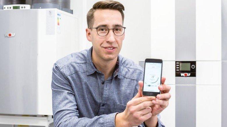 Handlich: Das Smartphone von Mitarbeiter Robert Hirsch wird zur neuen Steuerungszentrale der Heizung. Foto: Schulz