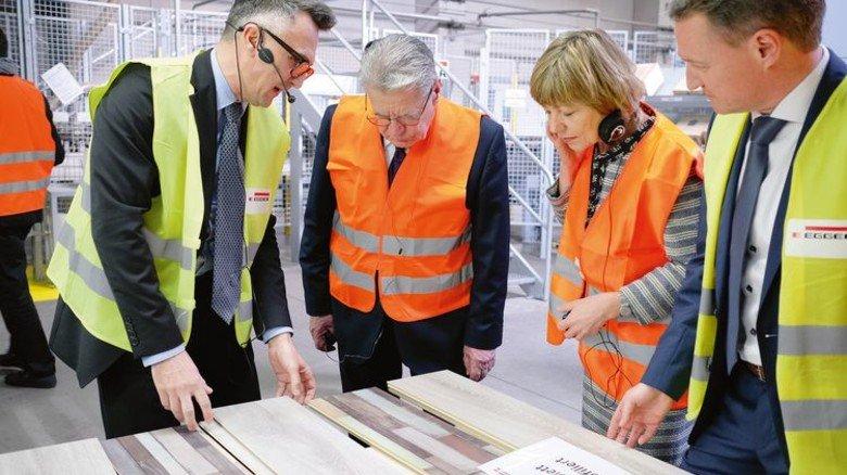 Einblicke: Der Bundespräsident und Daniela Schadt mit den Egger-Managern Ralf Lorber (rechts) und Erich Macala. Foto: Werk