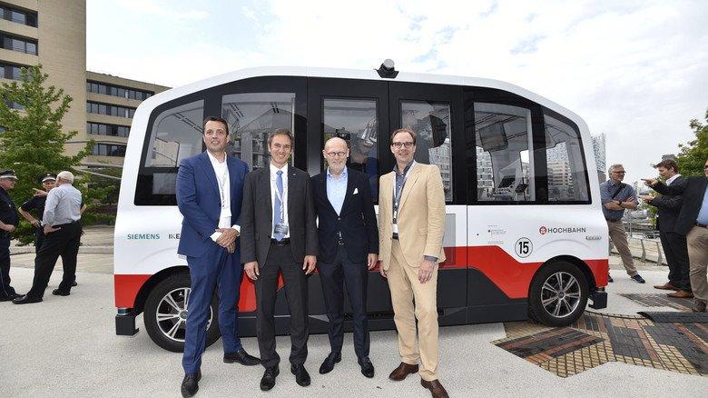 Startschuss für Elektrobus: Markus Schlitt von Siemens Mobility, Matthias Kratzsch von der Ingenieurgesellschaft Auto und Verkehr (IAV), Hamburgs Wirtschaftssenator Michael Westhagemann und Hochbahn-Chef Henrik Falk (von links nach rechts).