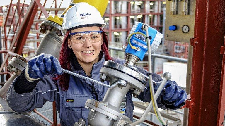 Damit nichts wackelt: Zur Überwachung der Chemieproduktion ist Ronja Trute in der ganzen Anlage unterwegs, bei Bedarf auch mit Schraubschlüssel. Foto: Wir.Hier/ Daniel Roth