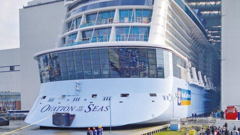 """Spannend: Die """"Ovation of the Seas"""" verlässt das überdachte Baudock. Foto: Werk"""