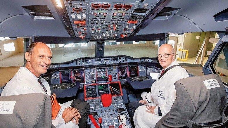 Im Cockpit: Bürgermeister Peter Tschentscher (rechts) an Bord des Airbus A380. Foto: Airbus