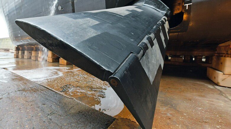 """Mächtige Flosse: Tonnenschwere Stabilisatoren am Rumpf verhindern ein """"Rollen"""" des Schiffes."""