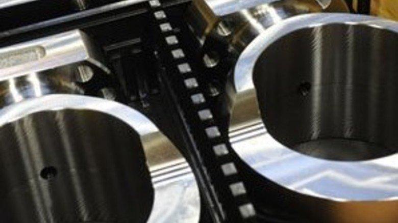 """Starke Teile: Die sogenannten """"Pleuelaugen"""" verbinden die riesigen Kolben im Motorinneren mit der Pleuelstange, die wiederum die Kurbelwelle antreibt. Foto: Heeger"""