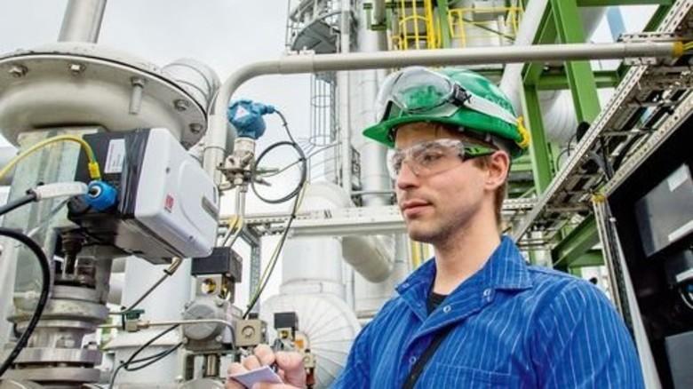 Hier entstehen Karbonsäuren: Anlagenführer Marcel Schuster bei der Arbeit. Foto: Straßmeier