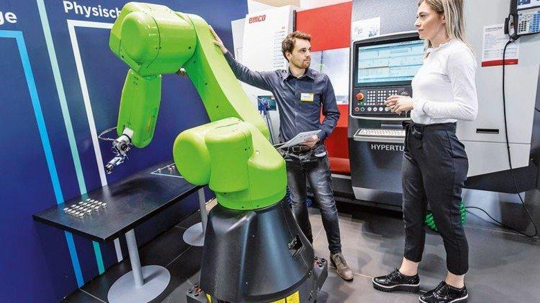 Neuer Kollege: Der Fanuc-Roboter zeigt sich von der sanften Seite. Foto: Messe Stuttgart