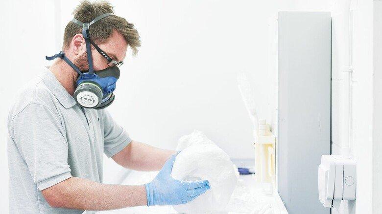 Individuell: Aus Pulver entsteht im additiven Verfahren Schicht für Schicht die Kopfbedeckung.