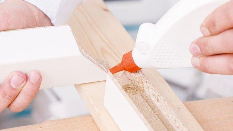 Das hält: Holz lässt sich mithilfe von Leim recht einfach zusammenfügen. Foto: Fotolia
