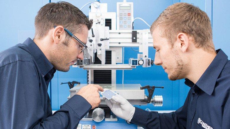 Bei Günther Heisskanal in Frankenberg: Die Ingenieure Marco Kwiatkowski (links) und Kai Wegner begutachten den Prototyp einer gedruckten Dickschichtheizung.
