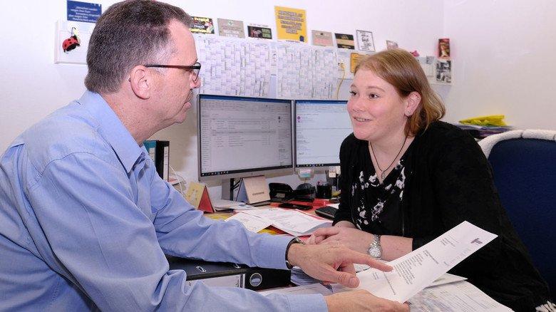 Beratung: Der leitende Betriebsarzt Andreas Erb im Dialog mit Denise Wagner vom beruflichen Eingliederungsmanagement (BEM).