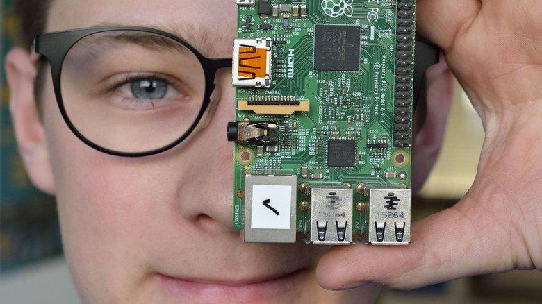 Einplatinen-Computer mit Power: Azubi Valentin Karn hat gelernt, mit so einem Raspberry Pi Anlagen zu steuern.